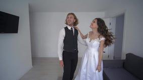 Ο εγκαίνια σπιτιού, ευτυχή newlyweds χαίρεται και αγκάλιασμα για το νέο σπίτι στο γάμο απόθεμα βίντεο