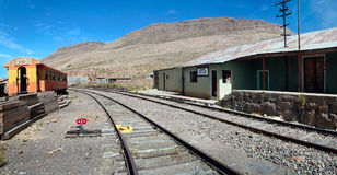 Ο εγκαταλειμμένος σιδηροδρομικός σταθμός σε Sumbay κοντά σε Arequipa, νότιο Περού Στοκ Φωτογραφία