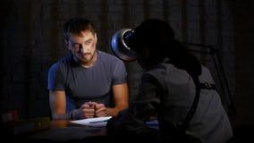 Ο εγκληματίας στις χειροπέδες πρέπει για να γράψει τις confessionary δηλώσεις απόθεμα βίντεο