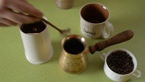 Ο εγχώριος καφές στον πίνακα απόθεμα βίντεο