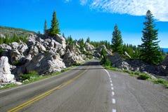 Ο εικονογραφικός δρόμος στη χρυσή περιοχή πυλών, εθνικό πάρκο Yellowstone, Ουαϊόμινγκ, ΗΠΑ στοκ εικόνα με δικαίωμα ελεύθερης χρήσης