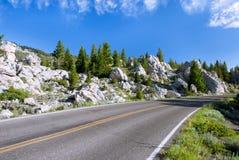 Ο εικονογραφικός δρόμος στη χρυσή περιοχή πυλών, εθνικό πάρκο Yellowstone, Ουαϊόμινγκ στοκ φωτογραφίες με δικαίωμα ελεύθερης χρήσης