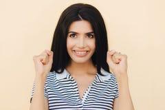 Ο ειλικρινής πυροβολισμός του εύθυμου brunette που το νέο θηλυκό έχει τη μεγάλη ελπίδα, κρατά στοκ εικόνα με δικαίωμα ελεύθερης χρήσης