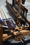 Ο λειτουργικός ιστορικός ξύλινος χέρι-αργαλειός που υφαίνει το ζωηρόχρωμο χαλί με τις κάθετες γραμμές επέδειξε στο φεστιβάλ μεσαι στοκ εικόνες