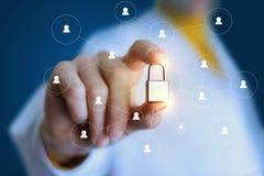 Ο ειδικός παρεμβάλλει μια κλειδαριά στο δίκτυο στοκ εικόνα με δικαίωμα ελεύθερης χρήσης