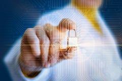 Ο ειδικός χεριών παρεμβάλλει μια κλειδαριά ασφάλειας στην αμοιβή ηλεκτρονική στοκ εικόνα