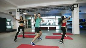 Ο εκπαιδευτικός ικανότητας συνεργάζεται με την ομάδα νέων γυναικών στη γυμναστική ικανότητας απόθεμα βίντεο