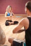 Ο εκπαιδευτικός γιόγκας κοριτσιών παρουσιάζει άσκηση Στοκ Εικόνες
