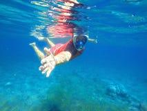 Ο εκπαιδευτικός κολυμπά με αναπνευτήρα δίνει το χέρι για τη βοήθεια, μάθημα κολύμβησης με αναπνευστήρα, εκπαιδευτικός κολύμβησης  Στοκ Εικόνα