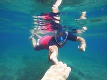 Ο εκπαιδευτικός κολυμπά με αναπνευτήρα βοήθειες ο συνεργάτης, χέρια μαζί, κολυμπά με αναπνευτήρα ζεύγος Στοκ εικόνες με δικαίωμα ελεύθερης χρήσης