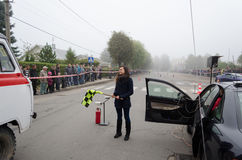 Ο εκπαιδευτικός ραλιών αφήνει τη συμβολική σημαία συνάθροισης έναρξης Στοκ φωτογραφία με δικαίωμα ελεύθερης χρήσης