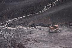 Ο εκσακαφέας σε μια πετρώδη κλίση Στοκ Εικόνες