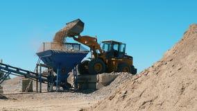 Ο εκσκαφέας μεταφέρει το αμμοχάλικο στο ναυπηγείο μεταλλείας απόθεμα βίντεο