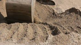 Ο εκσκαφέας προετοιμάζει το σωρό της άμμου για τη φόρτωση στο φορτηγό στο εργοτάξιο απόθεμα βίντεο