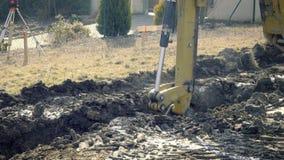 Ο εκσκαφέας σκάβει τα θεμέλια του σπιτιού Ανασκαφή της τρύπας Μηχανήματα κατασκευής, αλεσμένες εργασίες Digger εργασίες για την ο φιλμ μικρού μήκους