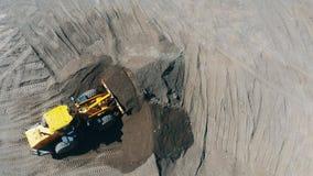 Ο εκσκαφέας σκάβει την άμμο στο ναυπηγείο μεταλλείας απόθεμα βίντεο