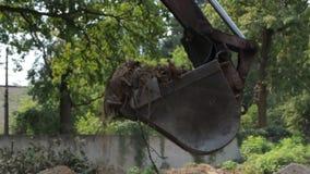 Ο εκσκαφέας σκάβει το έδαφος απόθεμα βίντεο