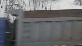 Ο εκσκαφέας φορτώνει τους βράχους στο φορτηγό εκφορτωτών σε μια υπαίθρια εξορυκτική βιομηχανία λατομείων, γεωλογία χειμώνας εποχή απόθεμα βίντεο