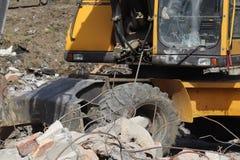 Ο εκσκαφέας φορτώνει το φορτίο στο αυτοκίνητο Οικοδομές Τεχνολογία της αστικοποίησης Βαριές βιομηχανικές μηχανές Οικοδόμηση του θ Στοκ εικόνες με δικαίωμα ελεύθερης χρήσης