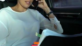Ο εκτελεστικός διευθυντής που κραυγάζει σε κατώτερο από την επιχείρηση smartphone αφαιρεί τον έλεγχο απόθεμα βίντεο