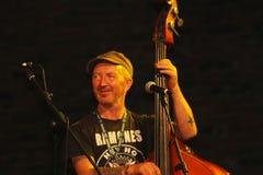 Ο εκτελεστής οδών παίζει contrabass Στοκ Φωτογραφία