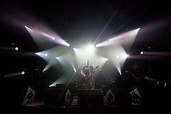 Ο εκτελεστής παίζει την κιθάρα στη σκηνή στη συναυλία ρόλων βράχου ` ν ` στοκ φωτογραφία