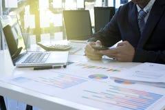 ο εκτελεστικός επιχειρηματίας κάθεται τον υπολογιστή χρήσης Στοκ εικόνα με δικαίωμα ελεύθερης χρήσης