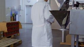 Ο ελεγκτής επιθεωρεί το λειτουργώντας εξοπλισμό στο εργοστάσιο απόθεμα βίντεο