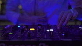 Ο ελεγκτής και η μουσική του DJ παρηγορούν στο ζωηρόχρωμο φως στο κόμμα χορού στο νυχτερινό κέντρο διασκέδασης Φορέας αναμικτών τ απόθεμα βίντεο