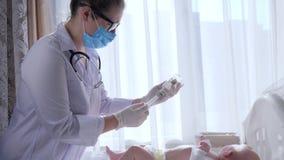 Ο εμβολιασμός, οικογενειακός γιατρός στη μάσκα με τη σύριγγα προετοιμάζει το μικρό παιδί για τις διαδικασίες φιλμ μικρού μήκους
