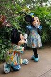 Ο εμπαιγμός προτείνει στη Minnie στοκ φωτογραφίες