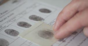 Ο εμπειρογνώμονας CSI συγκρίνει τα δακτυλικά αποτυπώματα φιλμ μικρού μήκους