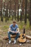 Ο εμπνευσμένος κιθαρίστας δημιουργεί την έννοια πεζοπορίας φύσης στοκ φωτογραφίες με δικαίωμα ελεύθερης χρήσης