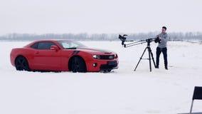 Ο εμπορικός πυροβολισμός, νέο καμεραμάν ενεργοποιεί το κόκκινο αθλητικό αυτοκίνητο μαγνητοσκόπησης γερανών απόθεμα βίντεο