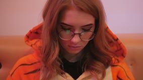 Ο εμψυχωτής νέων κοριτσιών έντυσε δεδομένου ότι μια συνεδρίαση τιγρών σε έναν καφέ χρησιμοποιεί ένα smartphone φιλμ μικρού μήκους