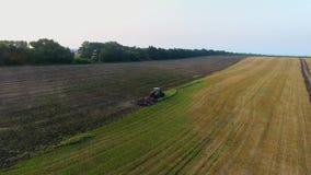 Ο εναέριος αγρότης που προετοιμάζει το έδαφος καλλιεργεί τα καλλιεργήσιμα εδάφη φιλμ μικρού μήκους
