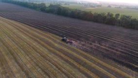 Ο εναέριος αγρότης που προετοιμάζει το έδαφος καλλιεργεί τα καλλιεργήσιμα εδάφη απόθεμα βίντεο