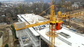 Ο εναέριος γερανός κατασκευής άποψης μεγάλος, κλείνει επάνω Ο γερανός κατασκευής σε ένα υπόβαθρο οικοδόμησης, κλείνει επάνω απόθεμα βίντεο