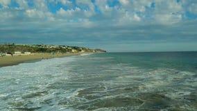 Ο εναέριος κηφήνας άποψης κηφήνων πετά πέρα από την παραλία που καταπλήσσει πρός τα πάνω τα μεγάλα κύματα Καλιφόρνια ΗΠΑ φιλμ μικρού μήκους