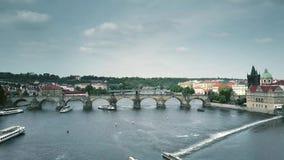 Ο εναέριος πυροβολισμός της διάσημης γέφυρας του Charles και ο ποταμός Vltava περιοδεύουν τις βάρκες στην Πράγα απόθεμα βίντεο