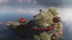 Ο εναέριος πυροβολισμός του εξαγωνικού ιαπωνικού ναού έχτισε in 1200 στην περιοχή Ιαπωνία λιμνών του Φούτζι Το φθινόπωρο, κόκκινα απόθεμα βίντεο