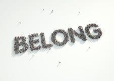 Ο εναέριος πυροβολισμός ενός πλήθους των ανθρώπων που διαμορφώνει τη λέξη «ανήκει» Συμπυκνωμένος Στοκ φωτογραφία με δικαίωμα ελεύθερης χρήσης