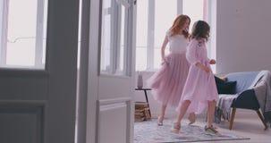 Ο ενεργός χορός οικογενειακών νέος μητέρων που έχει τη διασκέδαση με λίγα προσχολικά ή παλαιότερη νεώτερη αδελφή κορών ηλικίας ακ απόθεμα βίντεο