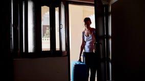 Ο ενιαίος έλεγχος γυναικών στο δωμάτιο ξενοδοχείου ανοίγει την πόρτα και περνά στο δωμάτιο στοκ φωτογραφία με δικαίωμα ελεύθερης χρήσης