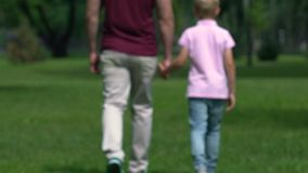 Ο ενιαίος μπαμπάς φέρνει επάνω το γιο μόνο, που κρατά τα χέρια και που πηγαίνει μαζί, πατρότητα απόθεμα βίντεο