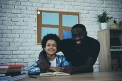 Ο ενιαίος πατέρας αφροαμερικάνων αγκαλιάζει λίγο γιο στοκ εικόνες με δικαίωμα ελεύθερης χρήσης