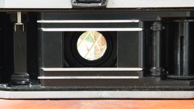 Ο ενιαίος φακός απεικονίζει το ανοικτό πιάτο πίεσης ταινιών καμερών και τη μακροχρόνια έκθεση παραθυρόφυλλων ώθησης απόθεμα βίντεο