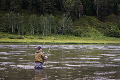 Ο ενιαίος ψαράς σε έναν ήρεμο ποταμό είναι αλιεία φθινοπώρου Στοκ Εικόνες