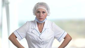Ο ενοχλημένος θηλυκός γιατρός υποστηρίζει φιλμ μικρού μήκους