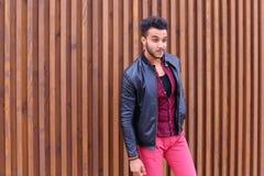 Ο εντυπωσιακός αραβικός νέος τύπος εξετάζει και διορθώνει το σακάκι γυαλιών Στοκ φωτογραφία με δικαίωμα ελεύθερης χρήσης